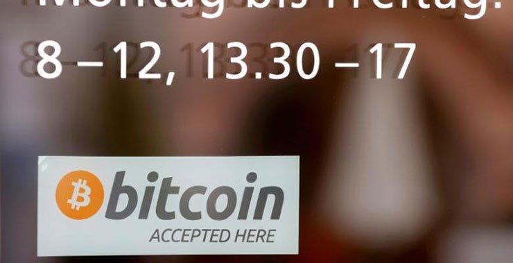 Цифровой валютный биткойн взлетает выше $ 2,400 до рекордно высокого уровня